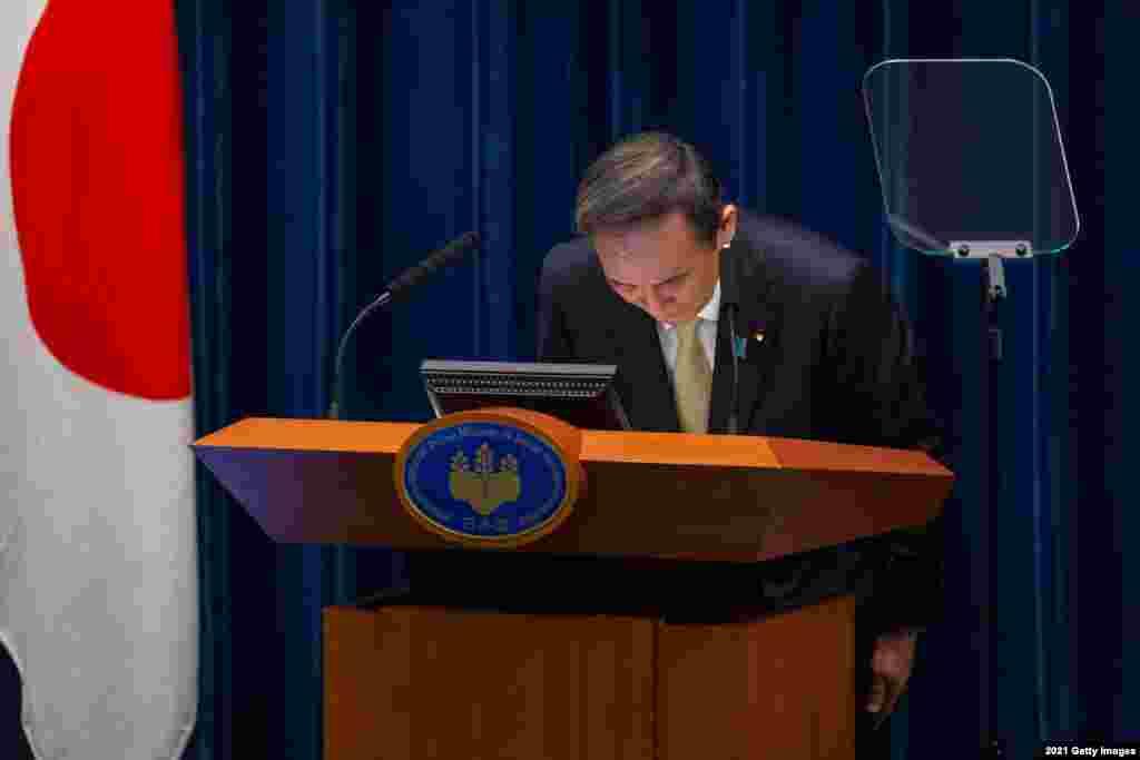 ادای احترام و تعظیم نخست وزیر ژاپن در جریان یک کنفرانس مطبوعاتی در توکیو، ژاپن