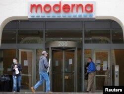 Kantor pusat Moderna Inc, pengembang vaksin untuk melawan virus corona, di Cambridge, Massachusetts, 18 Mei 2020.