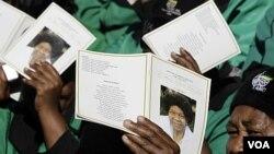 Upacara pemakaman tokoh anti-apartheid Albertina Sisulu di Soweto, Afrika Selatan (11/6).