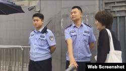 王全璋妻子李文足8月18日被拦在最高法外。 (网络视频截图)