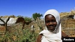 Em Khadieja Omer Mohamed một học sinh lớp 4 tại Trường Viện trợ Sudan ở trại Dereige cho người dân di tản vì nạn bạo lực, ngày 19/11/2015.