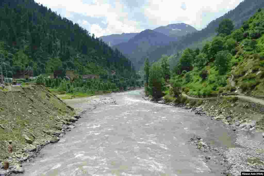 دریائے کنہار کا یخ بستہ پرشور پانی سیاحوں کے لیے ایک الگ کشش کا حامل ہے۔