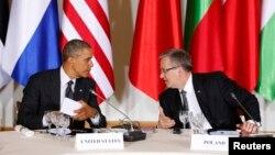 Presiden AS Barack Obama (kiri) dan Presiden Polandia Bronislaw Komorowski dalam pertemuan pemimpin Eropa Tengah dan Timur di Warsawa, Selasa (3/6).