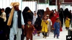 Cư dân các bộ lạc trở về làng Bannu sau khi quân đội Pakistan truy quét các phần tử chủ chiến Taliban, ngày 31/3/2016.