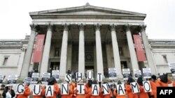Демонстрация в Лондоне с требованием закрыть американскую военную тюрьму на Кубе. 11 января 2011 года