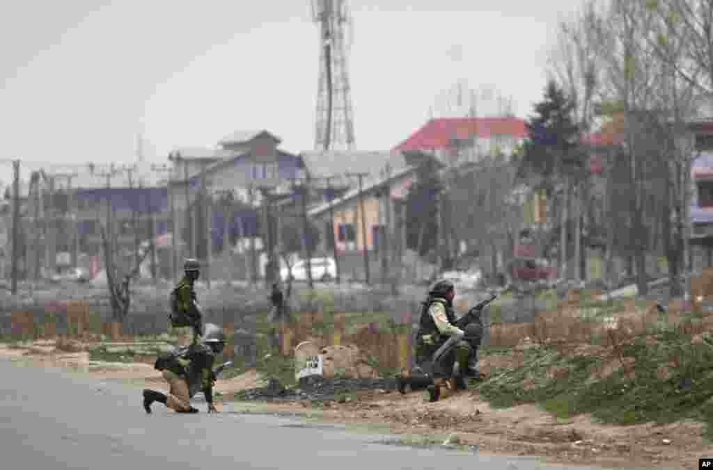 Indian paramilitary soldiers take cover during a gun battle in Srinagar, Indian Kashmir, March 13, 2013.
