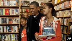 دختران ساشا اور مالیا کے ہمراہ صدر اوباما کی Kramerbooksپر شاپنگ