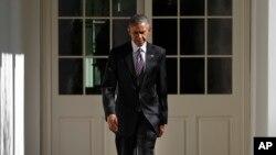 Presiden AS Barack Obama berjalan dari sayap tempat tinggalnya di Gedung Putih ke Oval Office, Washington (9/11). (AP/Pablo Martinez Monsivais)