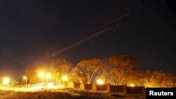 Bầu trời Sana'a được chiếu sáng bằng tên lửa chống máy bay trong một cuộc không kích của liên quân Ả Rập Xê-út tại thủ đô Yemen, ngày 26/92015.