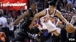 Pemain guard Miami Heat, Mario Chalmers (kiri) menghadang Jeremy Lin pada sebuah pertandingan baru-baru ini di Miami, Florida.