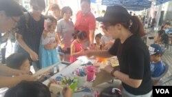경기도 부천에 있는 통합예술나눔터에서 청소년들이 공예작품을 만들면서 통일에 대해 이야기하는 시간을 마련했다.