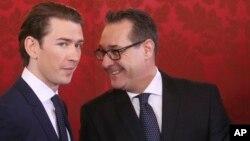 奥地利新总理库尔茨(左)和新的副总理施特拉赫在维也纳参加就职宣誓仪式后交谈。(2017年12月18日)