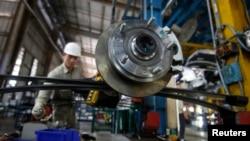 Seorang pekerja di pabrik mobil Ford di luar Hanoi, Vietnam (foto: ilustrasi). Perang dagang AS-China menguntungkan ekonomi Vietnam.
