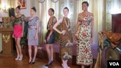 Model-model memeragakan busana batik karya Iwan Tirta di Kedutaan Besar Republik Indonesia, Washington, Senin (11/7).