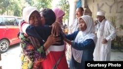 Dwi Wulandari memeluk ibunda di kampung halamannya, Blitar (Courtesy: Migrant Care).
