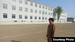 유니세프의 지원으로 최근 보수공사를 마친 북한 황해북도의 곡산고등중학교와 이 학교 리경희 교장. 사진=유니세프 제공.