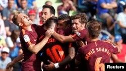 Paulino de Barcelone est entouré de ses coéquipiers avec le 2e but de leur club contre Getafe, 16 septembre 2017.