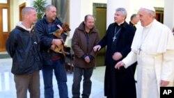 Tiga orang tunawisma ikut diundang untuk merayakan ulang tahun ke-77 Paus Fransiskus di Vatikan hari Selasa (17/12).