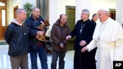 El papa Francisco da la bienvenida a cuatro personas sin hogar que desayunaron con él en el día de su cumpleaños en la residencia Santa Marta.