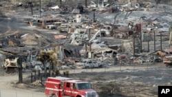 救火车驶过美国加州蓝色峡谷的山火焚烧的汽车(2016年8月19日)