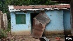 Une maison appartenant à des musulmans, détruite à Bangui, capitale de la Centrafrique (Katarina Hoije/VOA)