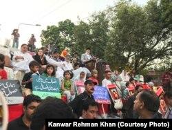 لاہور میں طاہرالقادری دھرنے میں تقریر کر رہے ہین