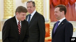 Russian President Dmitry Medvedev (R) stands with Foreign Minister Sergei Lavrov (C) and new American Ambassador Michael McFaul during an official ceremony to present his diplomatic credentials in Moscow's Kremlin, February 22, 2012