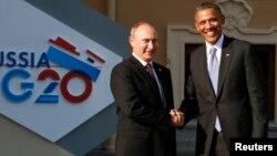Presiden Rusia Vladimir Putin (kiri) berjabat tangan dengan Presiden AS Barack Obama sebelum KTT G-20 di St. Petersburg, Rusia 5 September 2013 lalu (foto: dok).