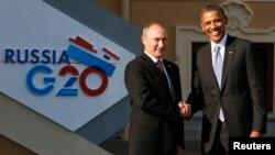 오바마 대통령이 5일 G-20 정상회담이 열린 러시아 상트페테르부르크에서 푸틴 러시아 대통령을 만나 악수하고 있다.