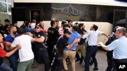 Polisi Turki mencegah massa menyerang seorang hakim di kota Erzurum, yang diduga pendukung aksi kudeta, Selasa (19/7).