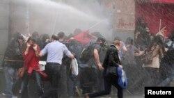 5月14日土耳其警察用水炮冲散首都伊斯坦布尔的抗议人群
