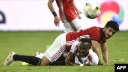 L'Egyptien Ayman Ashraf s'écroule au-dessus du footballeur nigérien Amadou Wonkoye, lors du match de qualification à la Coupe d'Afrique des Nations 2019 entre l'Egypte et le Niger, le 8 septembre 2018.