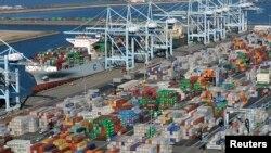 Các container vận tải xếp trên cảng Los Angeles và Long Beach, bang California, ngày 6 tháng 2, 2015.