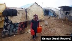 Une petite fille dans un camp de déplacés syriens près de la frontière turque, dans la ville syrienne de Azaz, le 6 février 2016. (REUTERS/Osman Orsal)