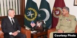 AQSh Mudofaa vaziri Jim Mattis Pokiston armiyasi qo'mondoni, general Qamar Javed Bajvo bilan