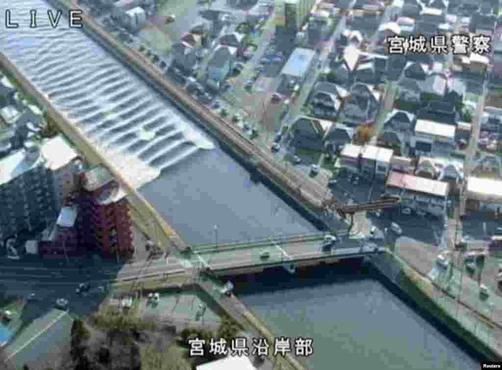 Zəlzələnin ardınca tsunami haqda xəbərdarlıqlar fonunda Sunaoşi çayının səviyyəsi qalxır. Tagaco, Miyagi prefekturası, Yaponiya.