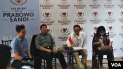 Tim Prabowo-Sandi, (kiri-kanan) Haryadin Mahardika, Hashim Djojohadikusumo, Irawan Ronodipuro, Dian Fatwa saat melakukan konferensi pers di Prabowo-Sandi media center, di Jalan Sriwijaya, Kebayoran Baru, Jakarta Selatan, Jumat (19/10). (Foto: VOA/Ghita)