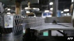 Des clous sont installés sur une machine au Mid Continent Nail Corporation, à Poplar Bluff, Missouri, le 29 juin 2018.