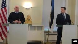 ສະມາຊິກສະພາສູງສະຫະລັດ ທ່ານ John McCain, ຊ້າຍ, ກ່າວຢູ່ກອງປະຊຸມນັກຂ່າວ ຮ່ວມກັບນາຍົກລັດຖະມົນຕີ Estonian ທ່ານ Juri Ratas ທີ່ Tallinn.