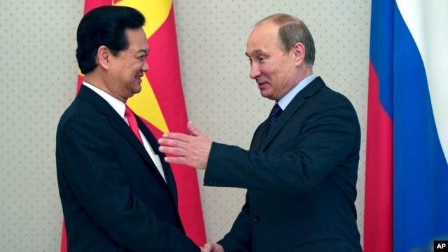 Tổng thống Nga Vladimir Putin chào đón Thủ tướng Việt Nam Nguyễn Tấn Dũng dinh thự Bocharov Ruchei ở khu nghỉ dưỡng Biển Đen của Sochi, ngày 15/5/2013.