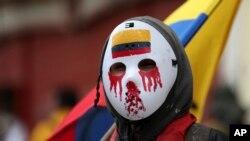 Seorang demonstran mengenakan pelindung wajah hockey dalam demo anti-pemerintah di Bogota, Kolombia, Senin, 21 September 2020. (Foto: AP)