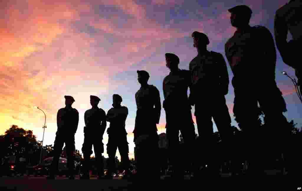 آٹھ افراد کی سزائے موت پر بیک وقت شب 12 بج کر 35 منٹ پر عملدرآمد کیا گیا۔
