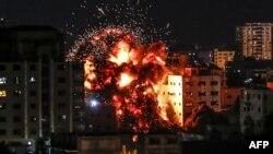 Serangan udara Israel menghantam bangunan di Gaza City, Sabtu (4/5).