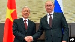 Tổng bí thư Nguyễn Phú Trọng (trái) bắt tay với Tổng thống Nga Vladimir Putin trong lần gặp gỡ ở Sochi, Nga, ngày 25/11/2014. Nga và Việt Nam đang tăng cường và mở rộng hợp tác trong lĩnh vực an ninh.