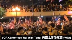 Lebih dari 100 ribu warga Hong Kong membawa bendera AS, menyerukan agar Kongres AS menyetujui RUU pro-demokrasi Hong Kong dalam aksi bulan lalu (foto: dok).