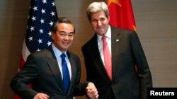 지난 12일 뮌헨안보회의 참석차 독일을 방문한 존 케리 미 국무장관(오른쪽)과 왕이 중국 외교부장이 양자회담을 가졌다. (자료사진)