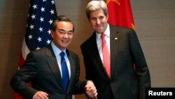 지난달 12일 독일 뮌헨에서 열린 안보회의에 참석한 존 케리 미 국무장관(오른쪽)과 왕이 중국 외교부장이 양자회담을 가졌다. (자료사진)
