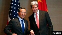 뮌헨안보회의 참석차 독일을 방문한 존 케리 미 국무장관(오른쪽)이 12일 왕이 중국 외교부장과 양자회담을 가졌다.