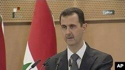 سهرۆکی سوریا بهشـار ئهلئهسهد له میانهی پـێشـکهشکردنی وتارهکهی لهسهر تهلهفیزیۆنی وڵاتهکهی، دووشهممه 20 ی شهشی 2011