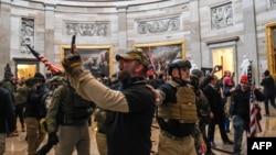 Demonstran pendukung Trump memasuki ruangan Rotunda di Gedung Capitol, Washington DC Rabu siang (6/1).